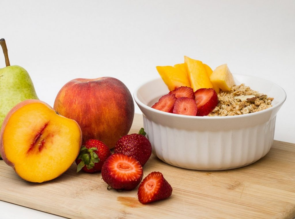 Гранола со свежими фруктами и ягодами