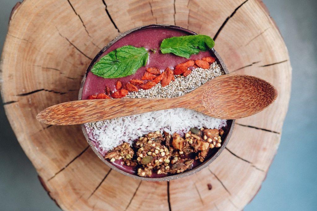 Завтрак с грецкими орехом и ягодами годжи