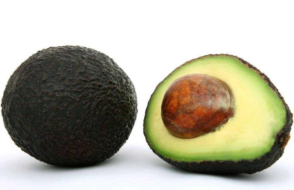Косточку авокадо не едят