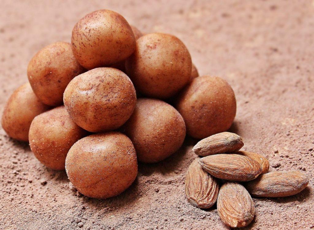 Марципановые шарики , посыпанные какао