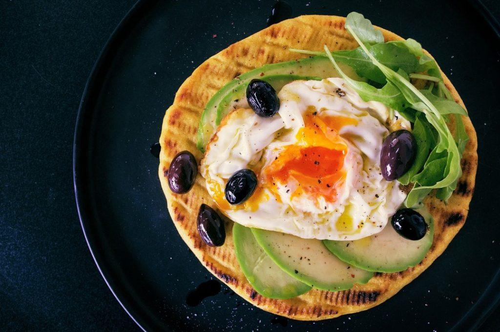 Идея для завтрака: тост с яйцом, шпинатом и пластиками авокадо