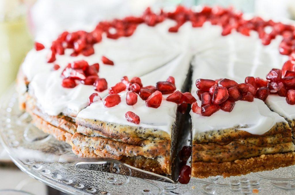 Маковый торт с гранатовыми зернами