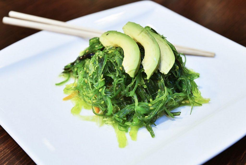 Салат с ламинарией и авокадо