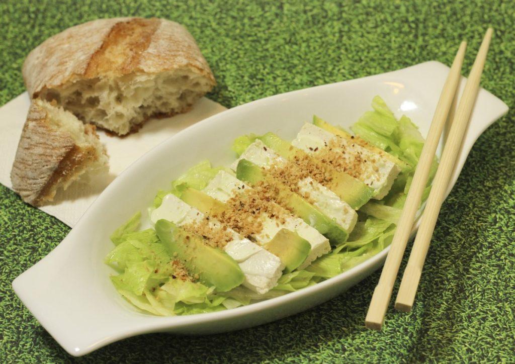Salat s tofu i avokado