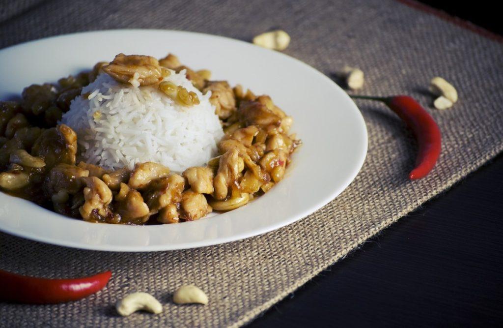 Рис с соусом карри и кешью