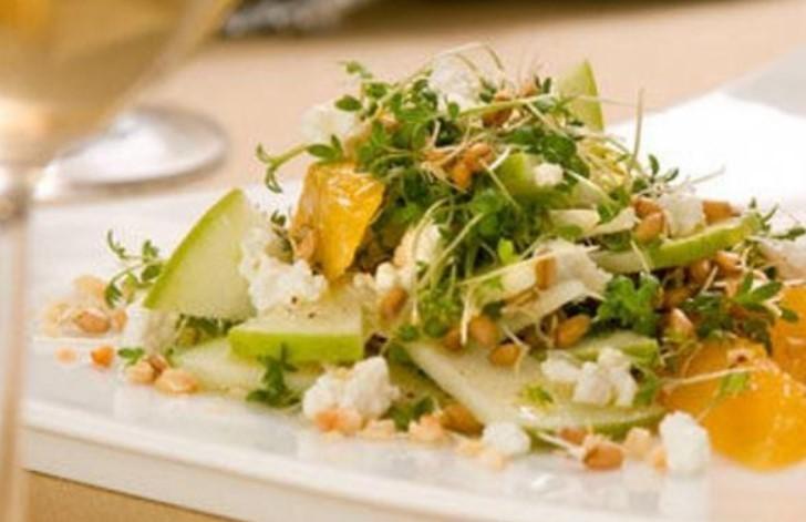 Салат с пророщенной пшеницей и апельсином