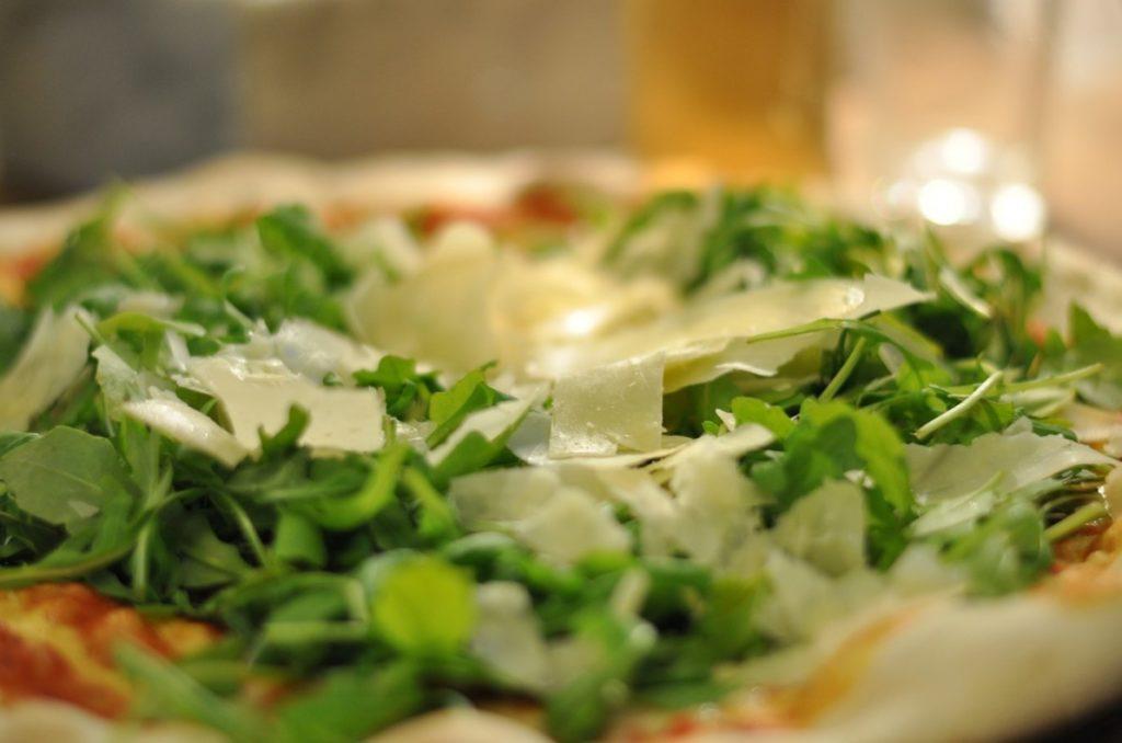 Вегетарианская пицца с пармезаном и руколой