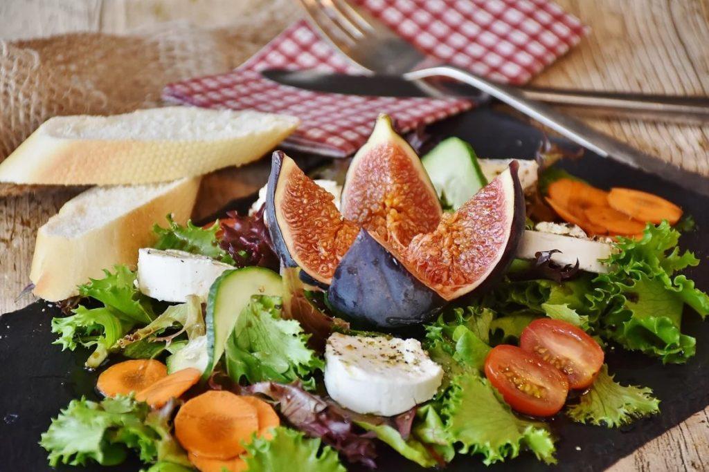 Инжир в свежем салате с козьим сыром