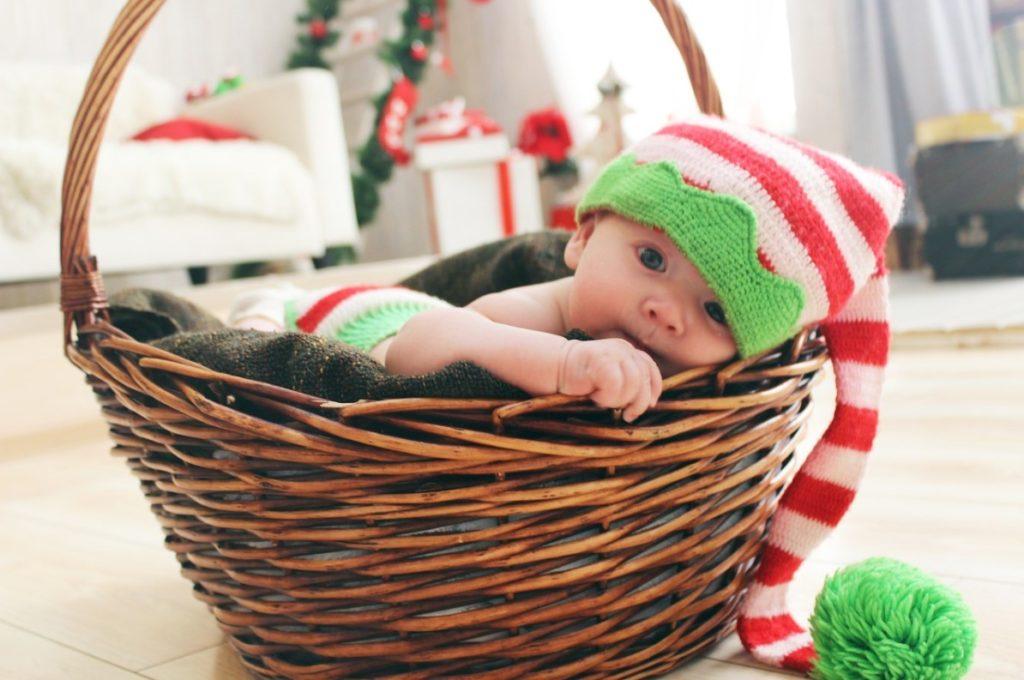 Вязаный костюм гномика для новорожденного
