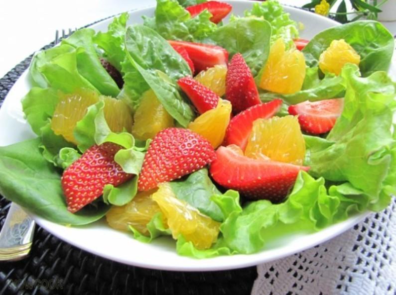 Салат с листьями салата, клубникой и мякотью свити