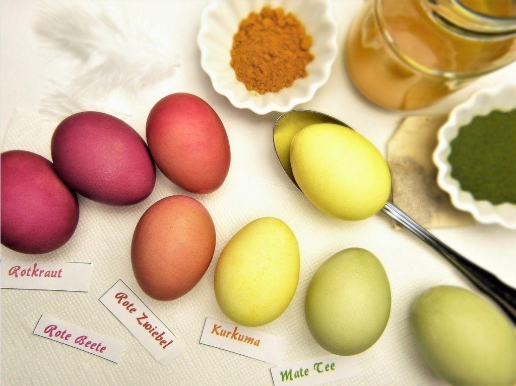 Яйца на Пасху окрашенные куркумой