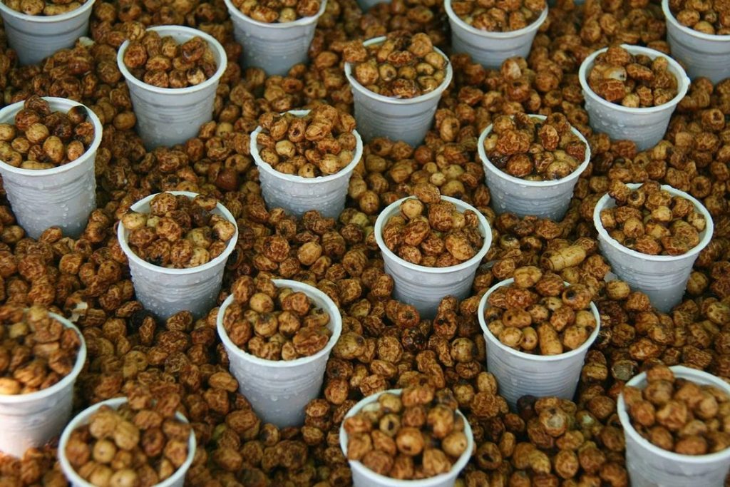 Расфасованные орешки чуфы