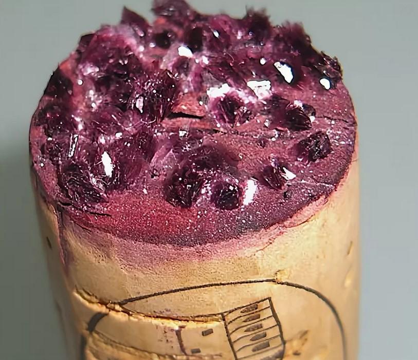Кристаллы на пробке в вине