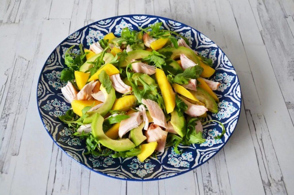 Салат с манго и копченной курицей