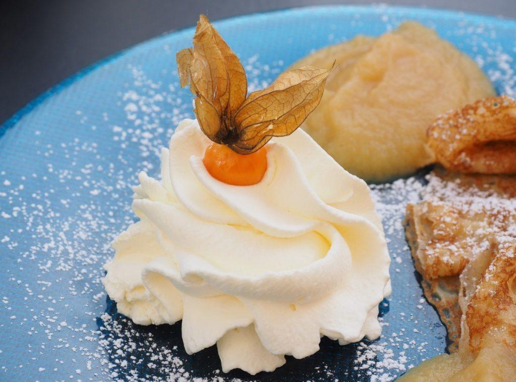 Десерт, украшенный физалисом