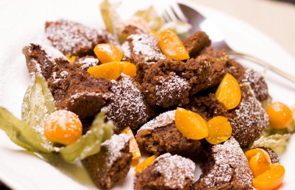 Шоколадный кекс с физалисом