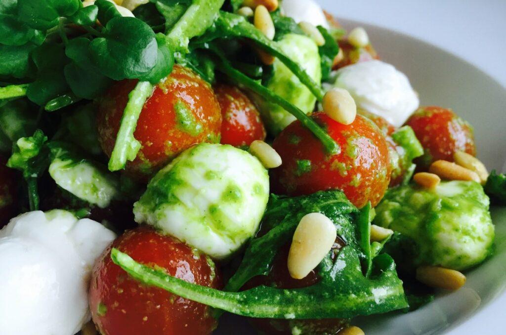 Салат с кедровыми орехами, сыром моцарелла и овощами